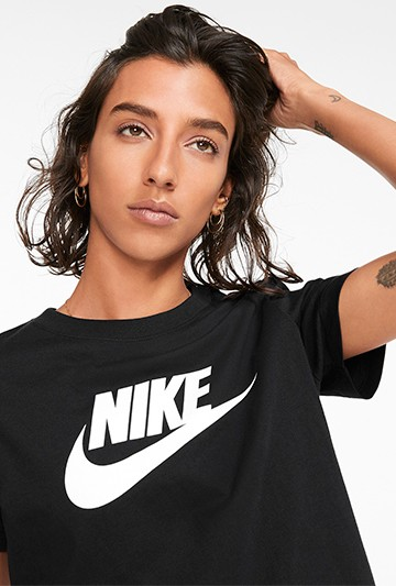 Camiseta Nike Sportswear Essential Negras